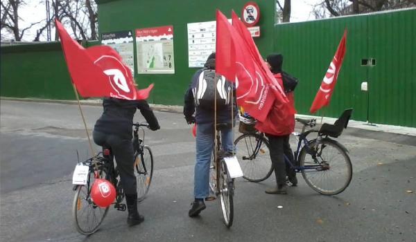 Enhedslistefolk på cykel foran metrobyggeri