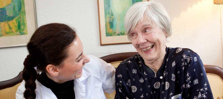 SOSU hjælper griner med ældre kvinde. Foto: Mark Knudsen