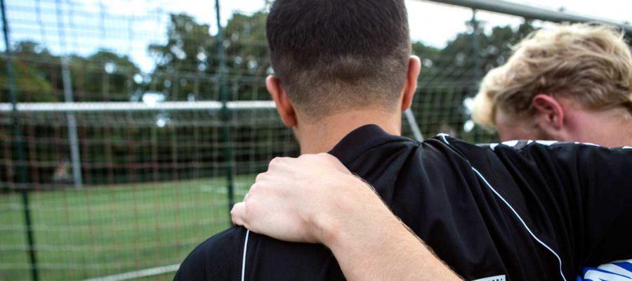 To unge mænd på fodboldbane. Foto: Mark Knudsen