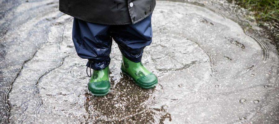 Barn i vandpyt. Foto: Mark Knudsen