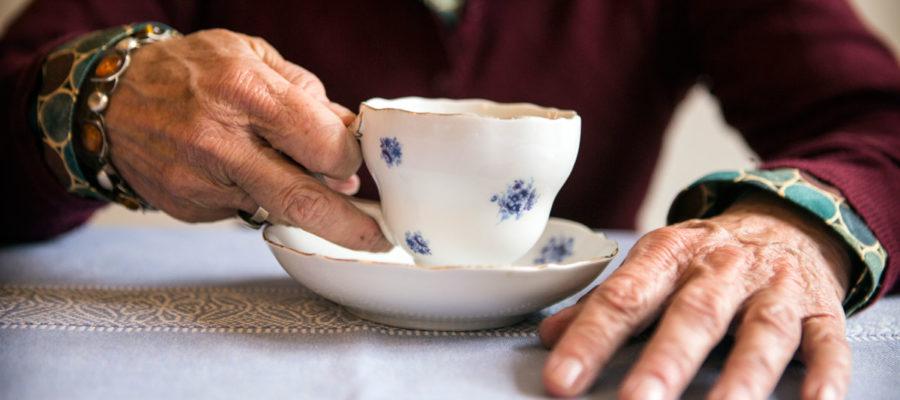 Ældre Kvinde Drikker Kaffe. Foto: Mark Knudsen