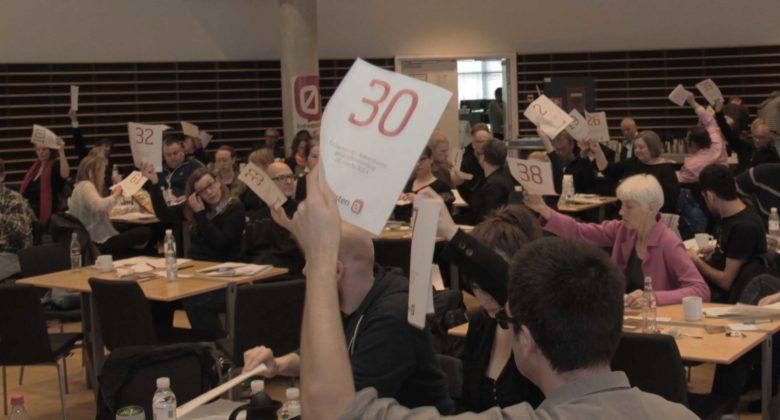 Medlemmer af Enhedslisten København stemmer til generalforsamlingen.
