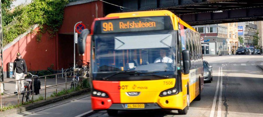 Bus kører under bro