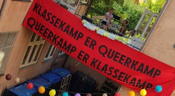 Udsmykning i gården i Studiestræde 25. Banner med teksten Klassekamp er Queerkamp, Queerkamp er Klassekamp